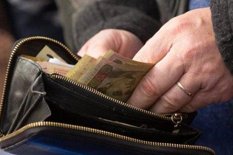 Кабмин приказал перевести все выплаты чиновникам в безналичную форму