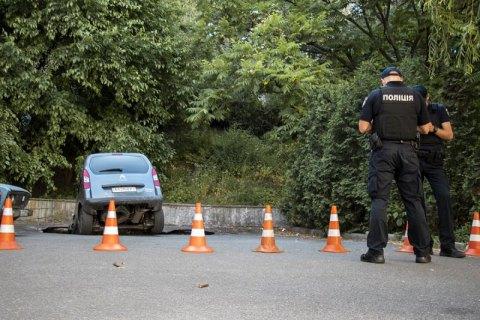 На Крещатике в Киеве два автомобиля провалились под асфальт