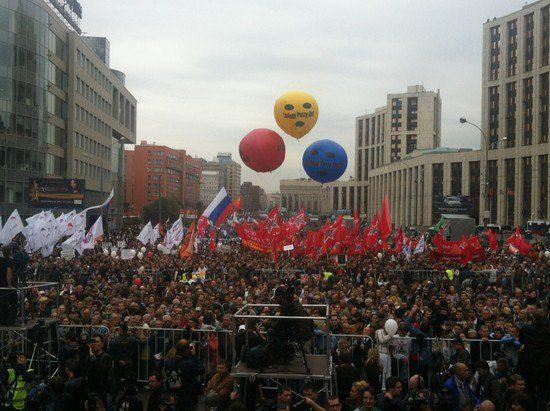 К месту самого митинга, на проспект Сахарова, пришло уже много людей