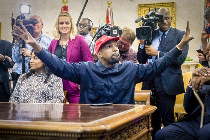 Канье Уэст общается с прессой в Овальном кабинете Белого дома в Вашингтоне, 11 октября 2018