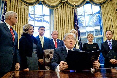 В Белом доме есть департамент по склеиванию порванных Трампом бумаг