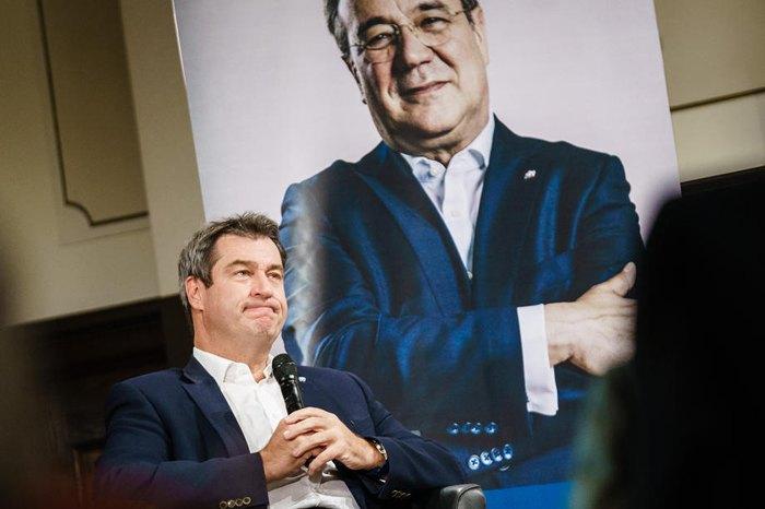 Маркус Зьодер під час презентації книги Арміна Лашета (на плакаті) в Берліні, 30 вересня 2020 р