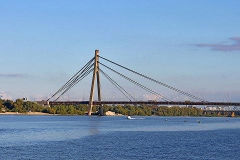 Рятувальники зняли з Північного моста в Києві шістьох дітей