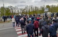 Около 250 фермеров перекрыли дорогу в Херсонской области, требуя возобновить работу рынков