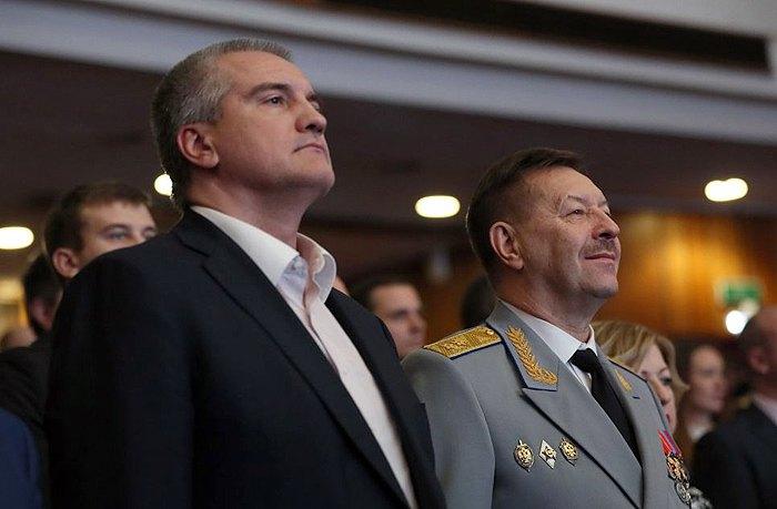 Сергей Аксёнов и Виктор Палагин во время мероприятия по случаю Дня работников органов безопасности РФ.