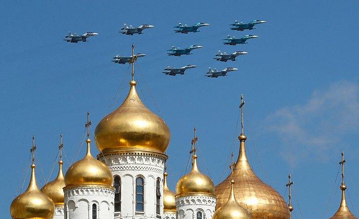 Истребители пролетают над Кремлем во время репетиции военного парада на Красной площади в Москве