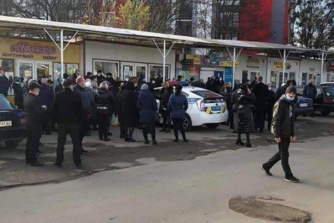 Во Львове с утра полицейские дежурят у самых больших рынков