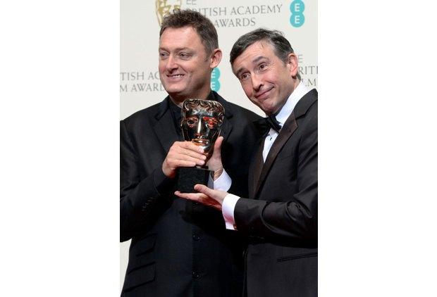 """Писатель Джефф Поуп (слева) и актер Стив Куган с наградой за лучший адаптированный сценарий (""""Филомена"""")"""