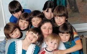 Азаров хочет отобрать пособие у матерей-одиночек