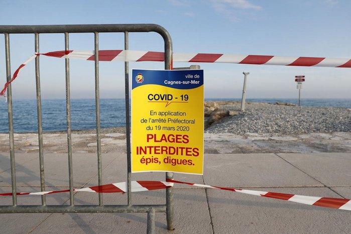 Зачинені також всі пляжі, на фото пляж Кань-сюр-Мер, південь Франції, 21 березня 2020.