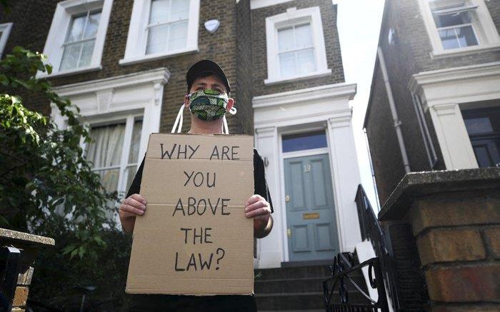 Активіст з постером: 'Чому Ви вище закону?' під домом Домініка Каммінгза, 24 травня 2020.