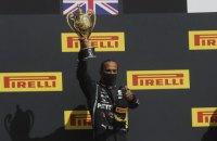 Гамильтон на трех колесах выиграл драматическую гонку Гран-при Великобритании