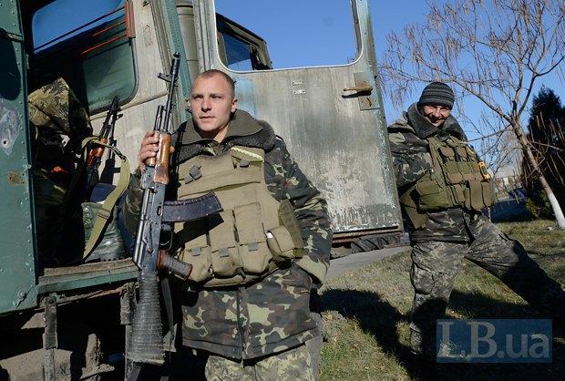 Бойцы, приехавшие на выборы, возле избирательного участка