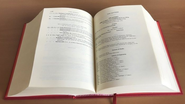 ' Папский ежегодник ' («Annuario Pontificio») 2020 года в раскрытом виде
