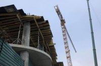 Кран на будівництві готелю на Андріївському узвозі почали демонтувати