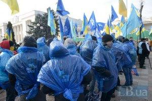 Сторонники Партии регионов организованными колонами подходят к зданию парламента
