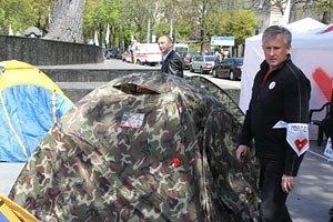 Депутати, які оголосили голодування, встановлюють намети біля Українського дому