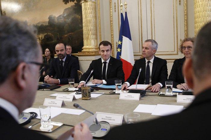 Справа-налево: министр труда Франции Мюриэль Пенико, министр экологии Франции Франсуа де Ружи, Президент Франции Эммануэль Макрон и премьер-министр Франции Эдуард Филипп встретились с представителями профсоюзов в Елисейском дворце в Париже,10декабря 2018