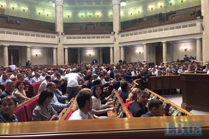 Вероятный вице-спикер Руслан Стефанчук со стороны контролирует за нажатием кнопок для голосования депутатами «Слуги народа»