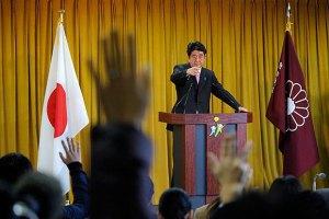 Премьер-министр Японии отказался оправдываться за японский милитаризм