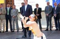 К Попову на сцену выскочили голые девушки