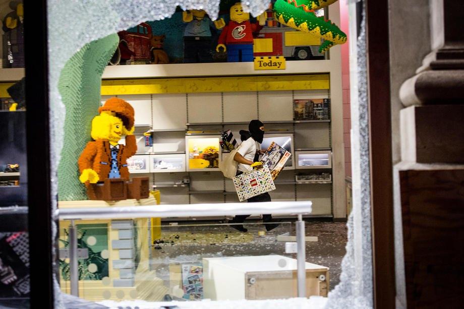 Грабитель в магазине Lego в центре Манхэттена Нью-Йорк, США, 1 июня 2020 года