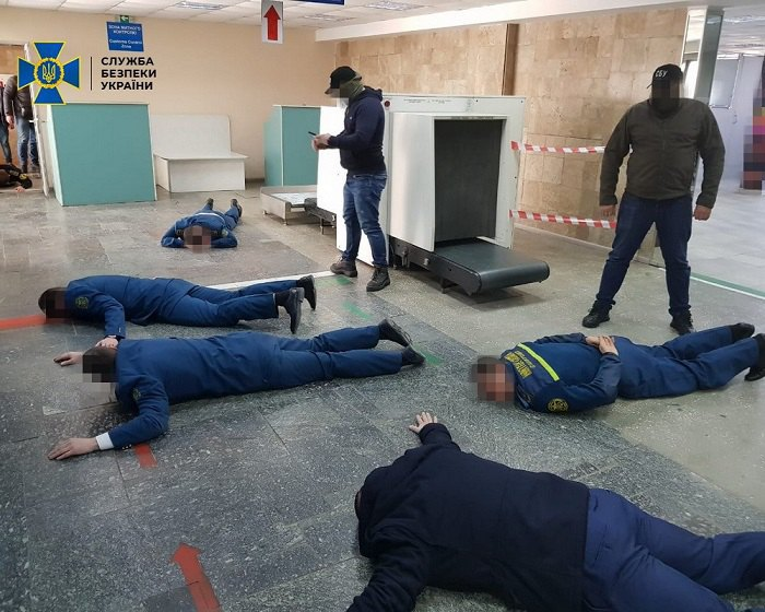 """Таможенников аэропорта """"Херсон"""" уличили в систематическом взяточничестве"""