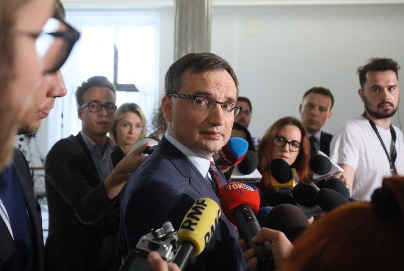 Міністр юстиції, генеральний прокурор Польщі та лідер партії «Солідарна Польща» Збігнев Зьобро (в центрі) під час пресконференції в Сеймі, 26 липня 2017 року.
