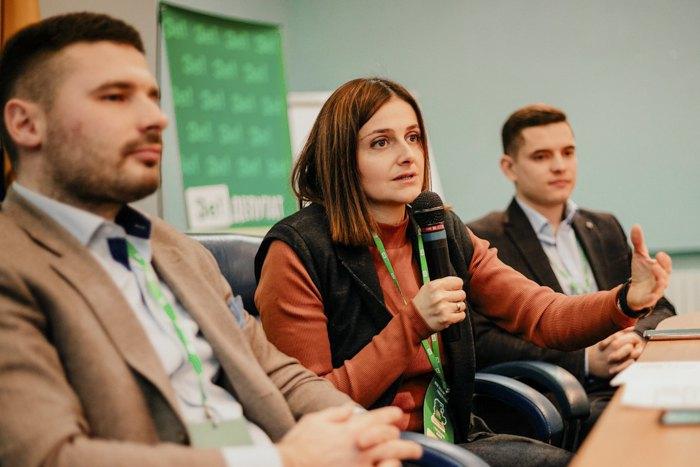 Ольга Василевська-Смаглюк (у центрі)