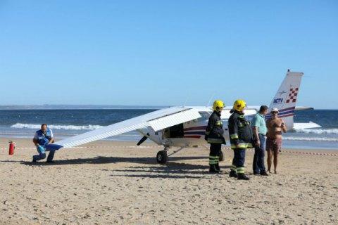 У Португалії літак здійснив аварійну посадку на пляж, є загиблі