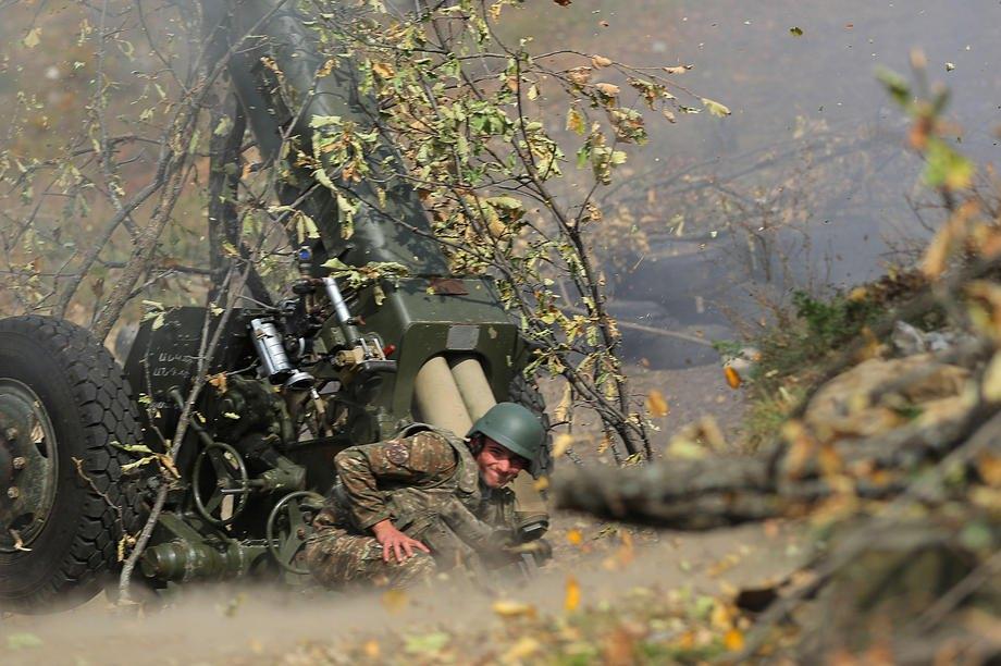 Армянские солдаты ведут огонь во время боевых действий в Нагорно-Карабахской Республике, 20 октября 2020 г.