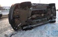 Грузовик протаранил BMW 7, пока его водитель помогал женщине