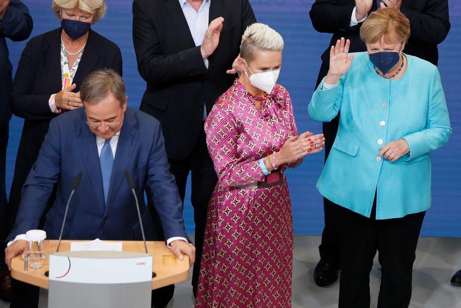 Зліва направо: голова партії ХДС Армін Лашет, віцепрезидент ХДС Сільвія Бреєр і канцлер Німеччини Ангела Меркель під час виборчої зустрічі у Берліні, 26 вересня 2021 р.
