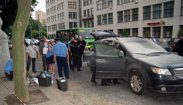 Сотрудники милиции на месте преступления - в машину депутата Харьковского горсовета Анатолия Родзинского бросили бутылку с зажигательной смесью. 1 июля 2011 года