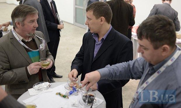 Редактор отдела «Экономика» LB.ua Андрей Яницкий(в центре) и Василий Юрчишин(слева)