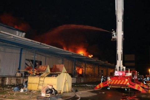 В Киеве сгорел склад со стройматериалами