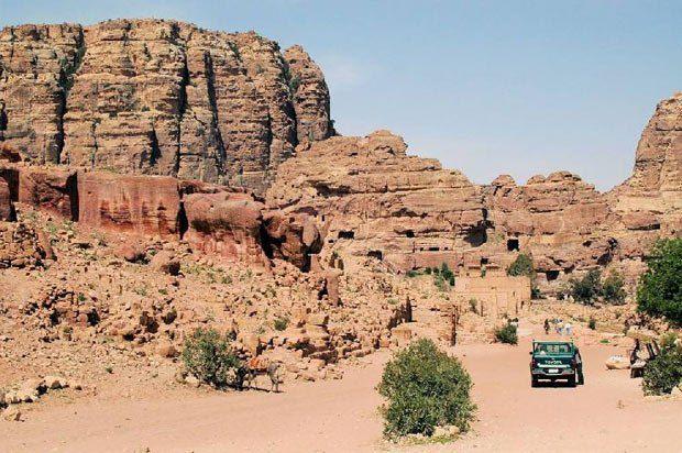 В левом вершнем углу - гора Джебель Умм аль-Бияра