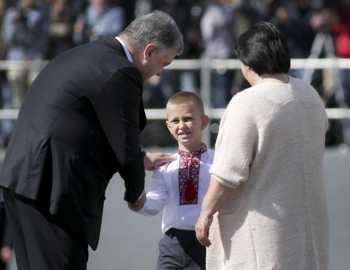 Мать и сын Евгения Лоскота получают его награду от президента
