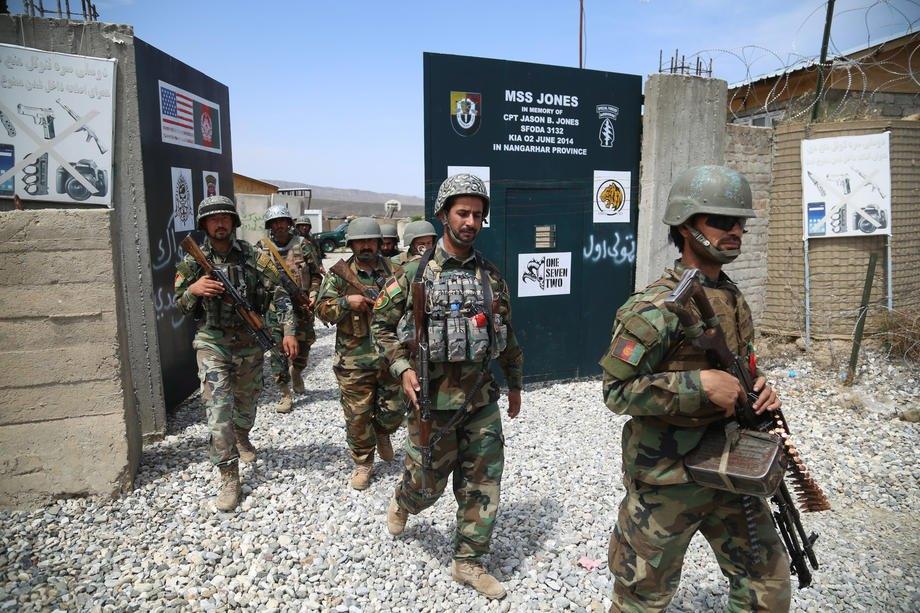 Солдаты афганской армии охраняют военную базу, которая ранее использовалась солдатами США, в районе Хаскамейна провинции Нангархар, Афганистан, 14 апреля 2021 г.