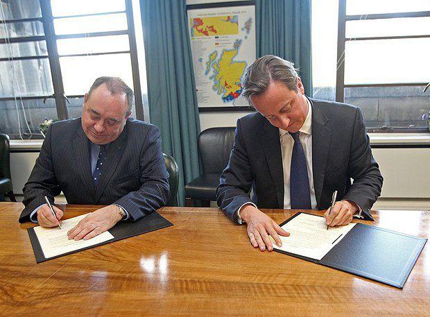 Дэйвид Камерон и Алекс Салмонд во время подписания Эдинбургского соглашения