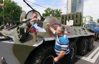 В Донецке на митинг против выборов приехали автоматчики на БТР