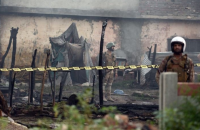 В Пакистане военный самолет упал на жилые дома, есть жертвы