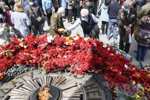 В Парке Славы в Киеве чтят память погибших во Второй мировой войне (обновлено)