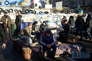 Неизвестные пытались разобрать баррикаду на Майдане Независимости