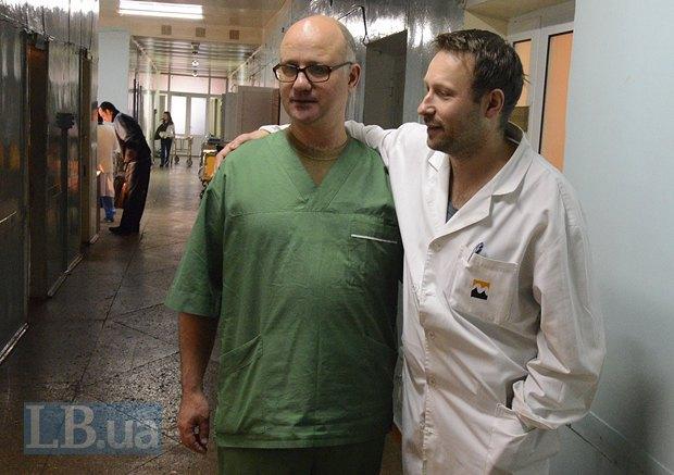 Нейрохирурги Андрей Куликов (слева) и Александр Марков. Куликов призван в мобильный госпиталь Харькова, а оттуда его уже командируют в различные больницы прифронтовой зоны. Говорит, что никак не может отпроситься в отпуск, 3 месяца не видел семью