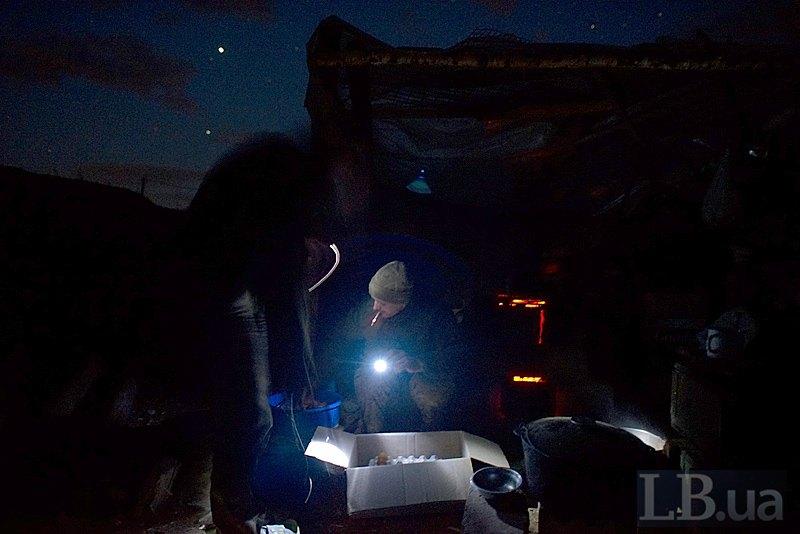 Кухар перекладає яйця, пофарбовані дідівським способом (цибулевим лушпинням), в коробку. Решта перевіряє готовність зброї до ночі. Все до готово до великодньої служби.