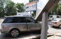 В центре Киева билборд упал на автомобиль