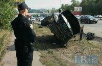 У Києві на Столичному шосе позашляховик зніс огорожу і перекинувся