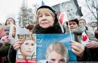 Возле Качановской колонии уже собираются сторонники Тимошенко с цветами