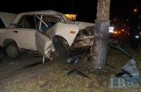 ДТП в Киеве: ВАЗ на полной скорости врезался в столб